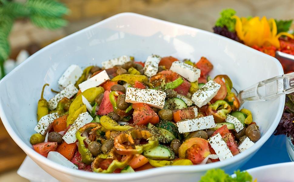 Φρέσκα και ποιοτικά συστατικά στην ελληνική σαλάτα